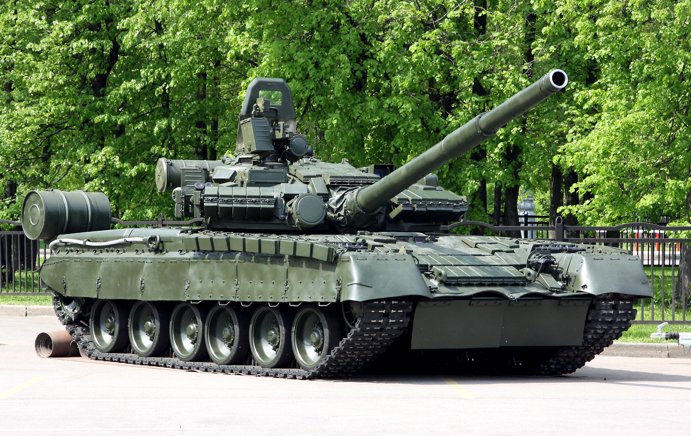http://upload.wikimedia.org/wikipedia/commons/a/a8/Russian_T-80BV.jpg?uselang=ru