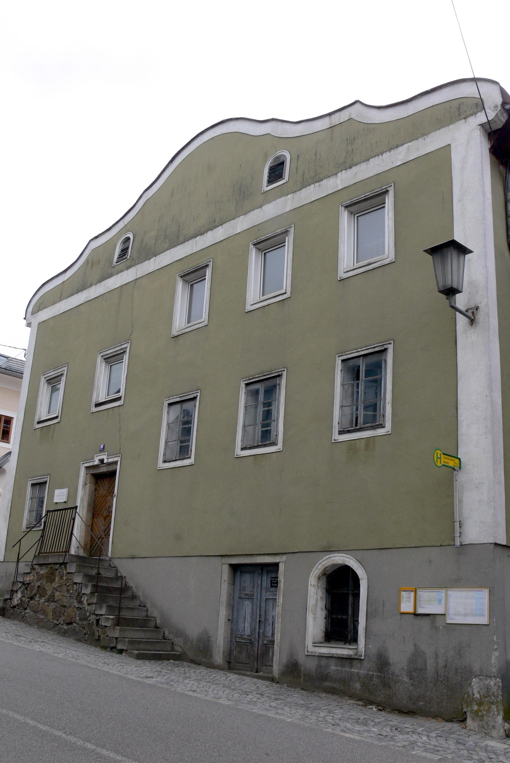 Wohnhaus mit Wirtschaftstrakt