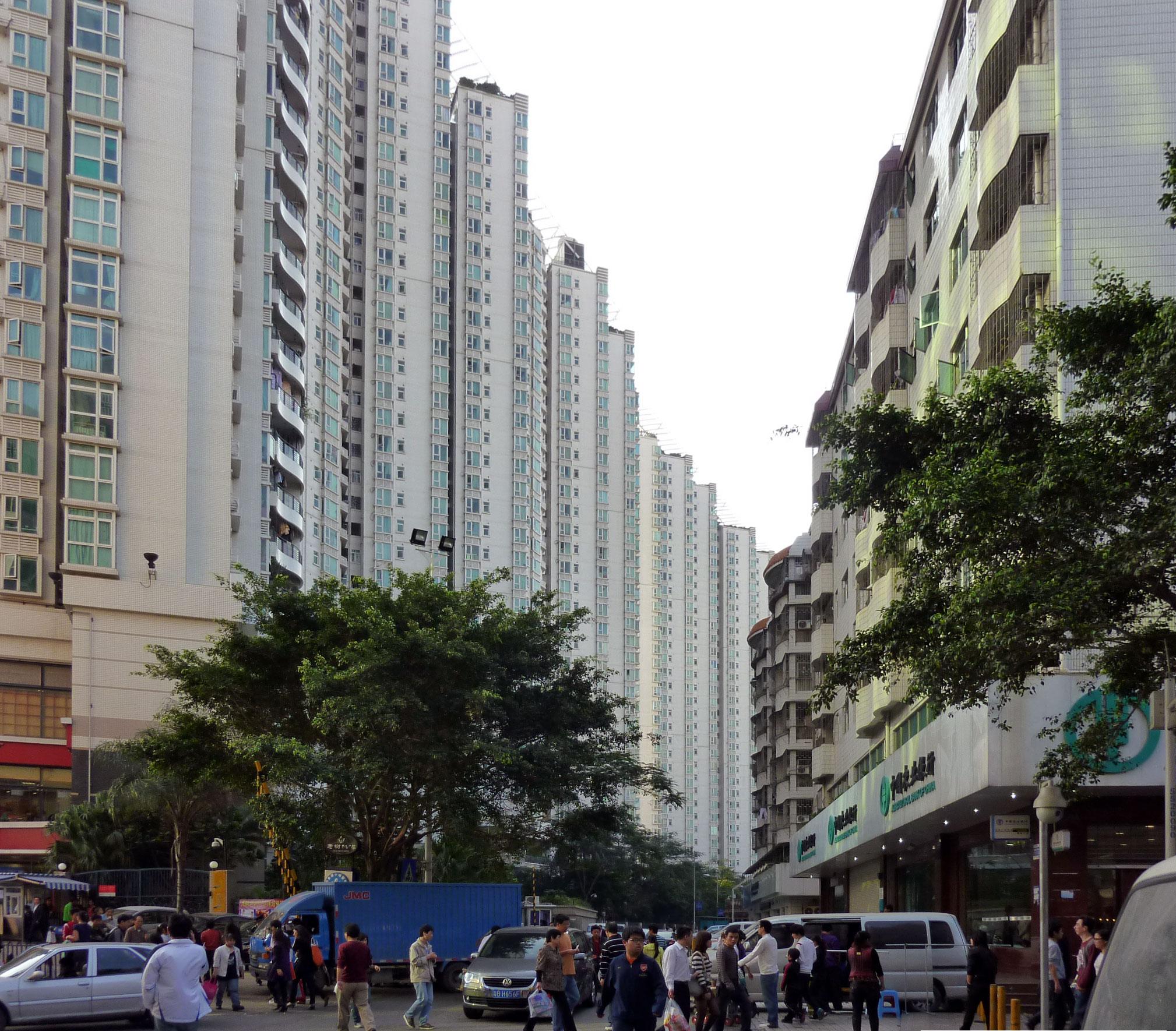 Streets_in_Baishizhou,_Shenzhen.jpg