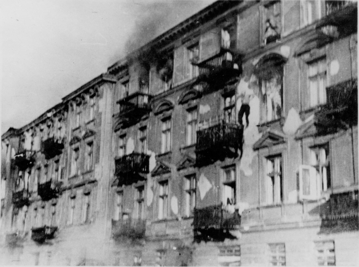 https://upload.wikimedia.org/wikipedia/commons/a/a8/Stroop_Report_-_Warsaw_Ghetto_Uprising_-_26568.jpg