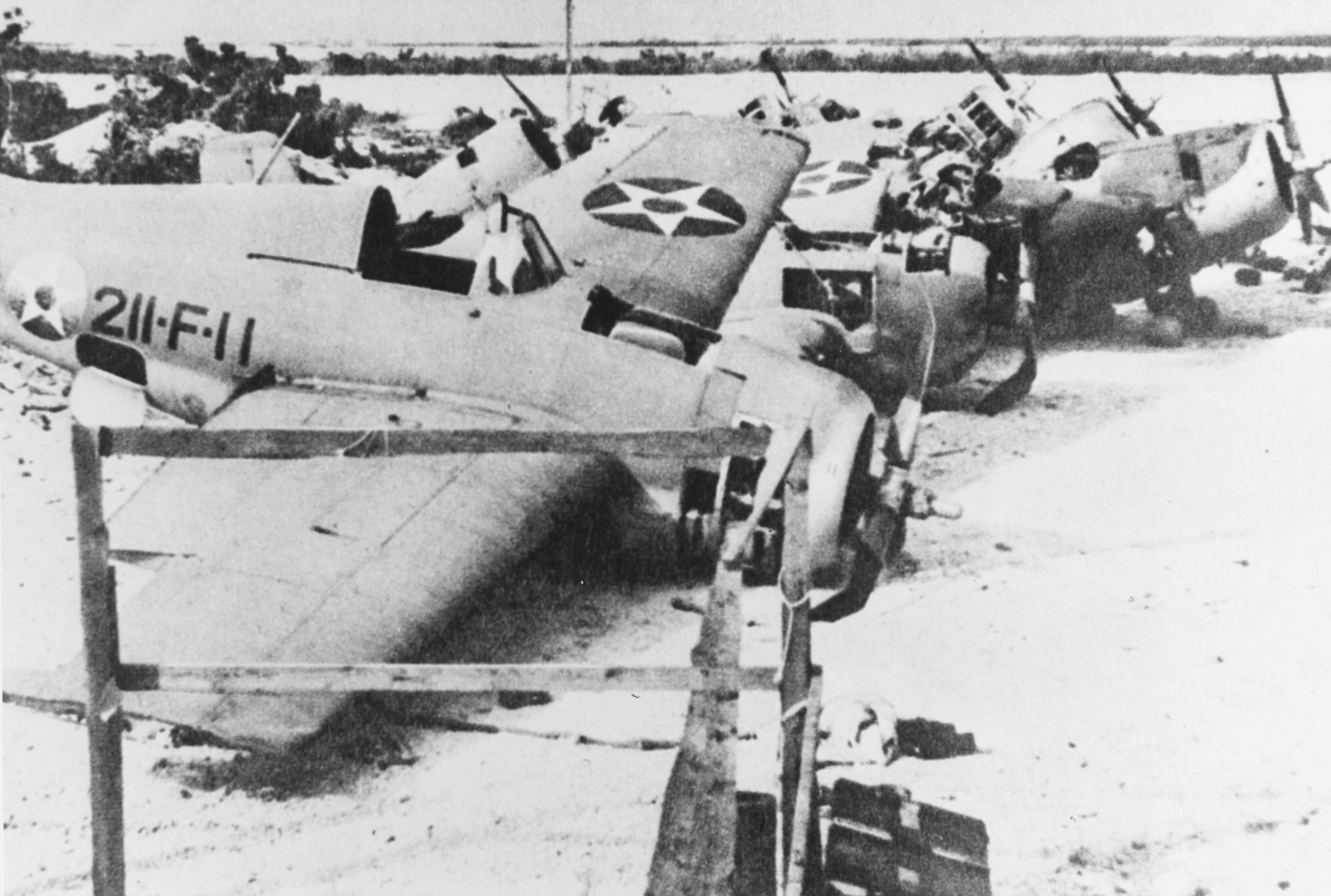 """Zerstörte F4F """"Wildcat"""" des Marine Corps auf Wake Island (Quelle: Wikipedia)"""