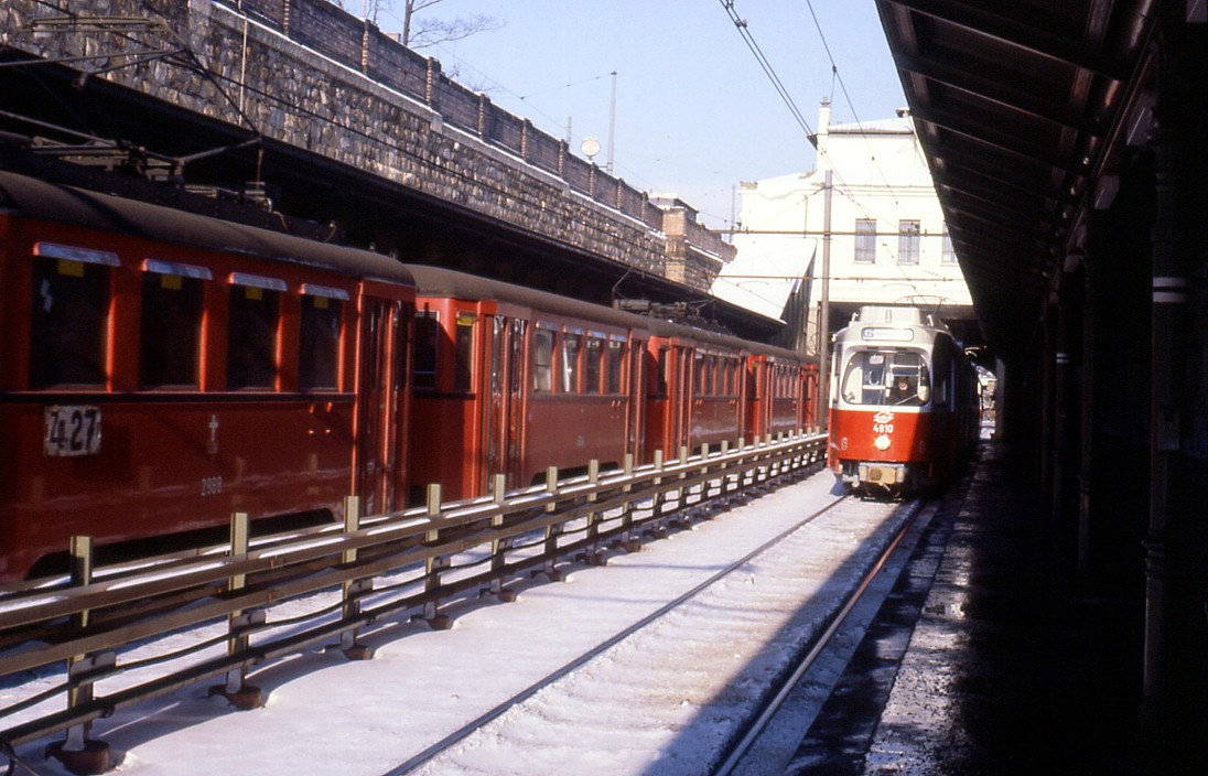 076L13051280 Stadtbahn, Haltestelle Burggasse – Stadthalle, Typ N1, Typ E6 4910 05.12.1980.jpg