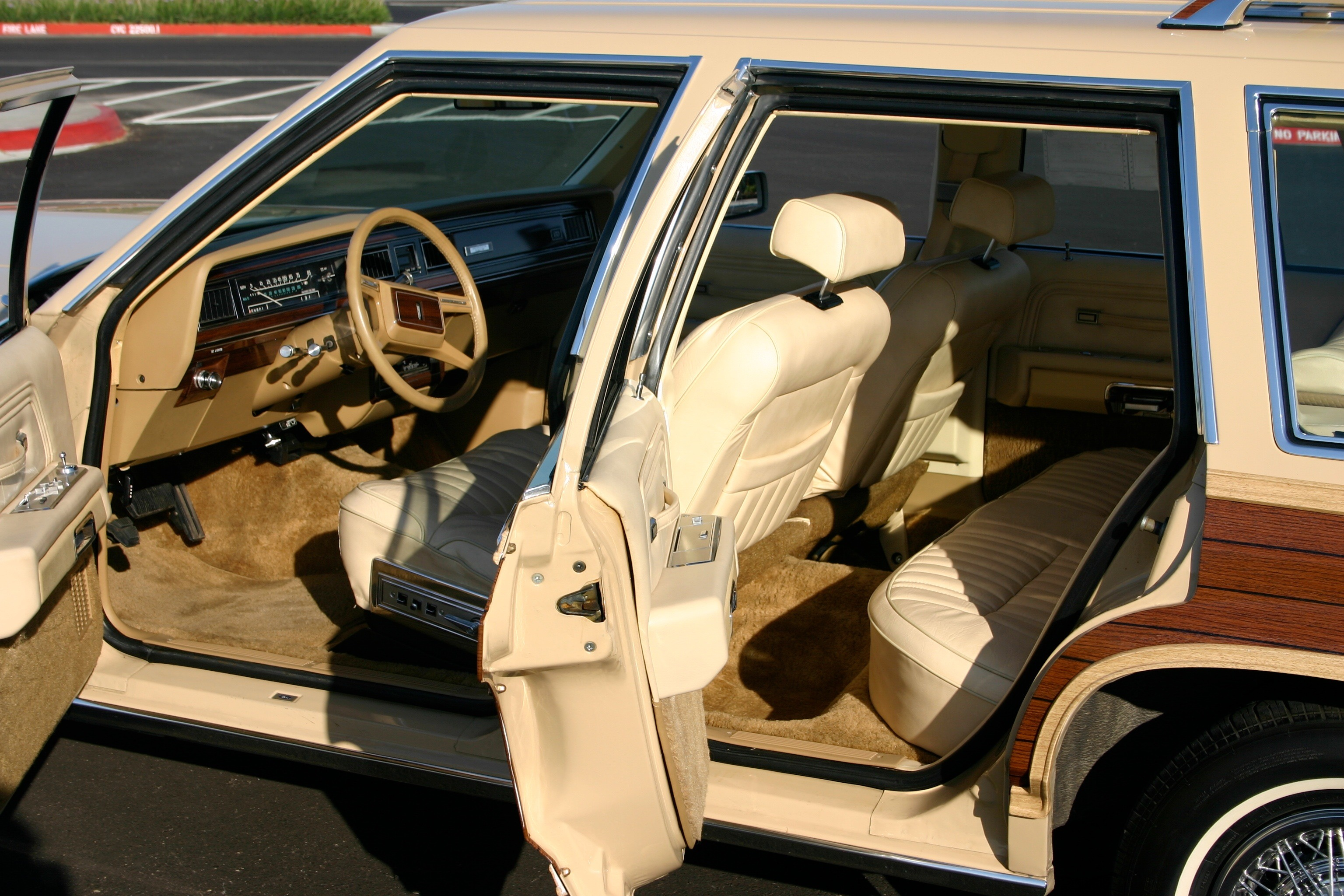 File:1982 country squire full interior.jpg - Wikimedia Commons