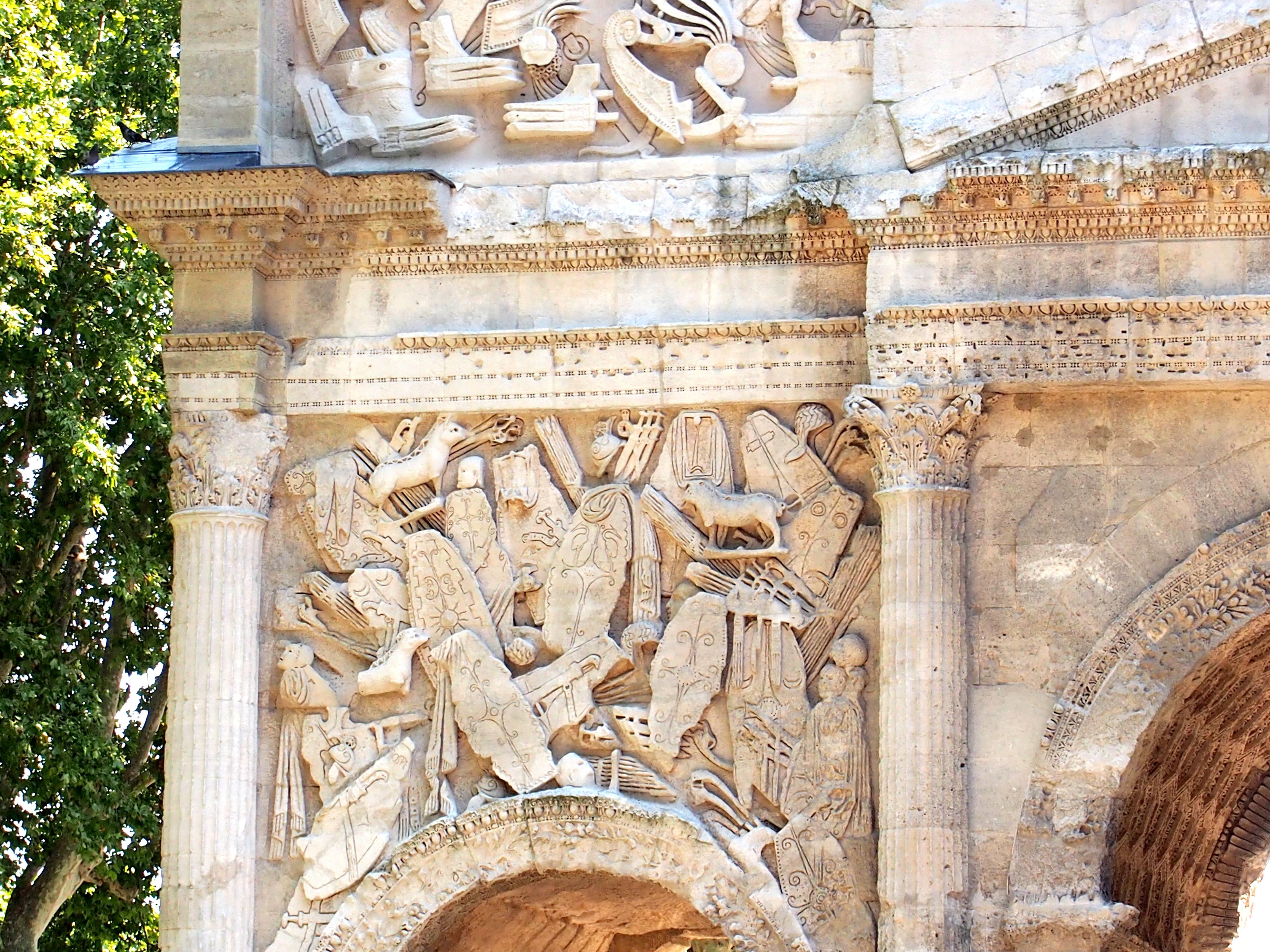 Les Portes, les GE, les louves et les autres monnaies - Page 4 Arch_in_Orange,_France_Aug_2013_-_Detail