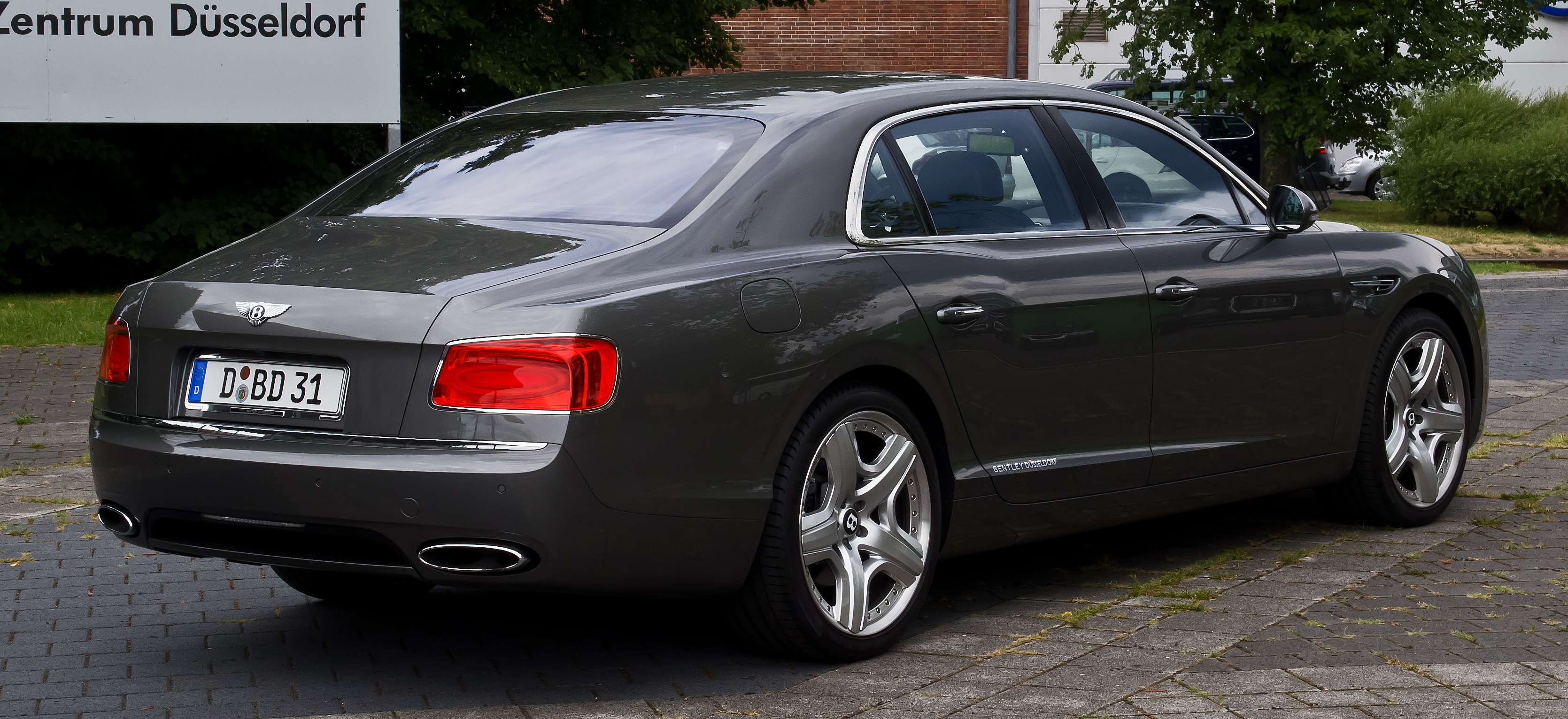File:Bentley Flying Spur – Heckansicht, 12. August 2013 ...