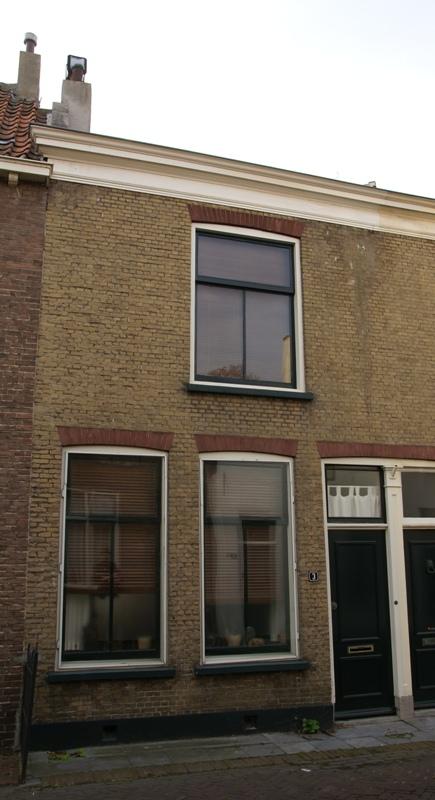 Woonhuis van parterre en verdieping onder een dak met het nr 5 blauwe stoep achtergevel - Kantoor onder het dak ...