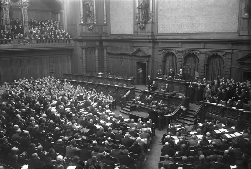Eröffnung des 5. Reichstags am 13.Oktober 1930. Ganz links im Bild: die NSDAP-Abgeordneten