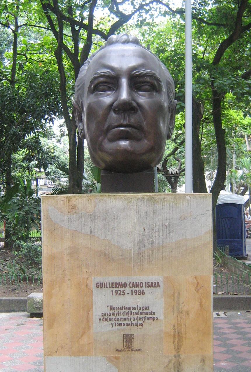 Un busto del periodista Guillermo Cano Isaza ubicada en el parque Bolívar en Medellín, Colombia. La escultura es un trabajo de Rodrigo Arenas Betancur. (I, SajoR [CC BY-SA 2.5]).