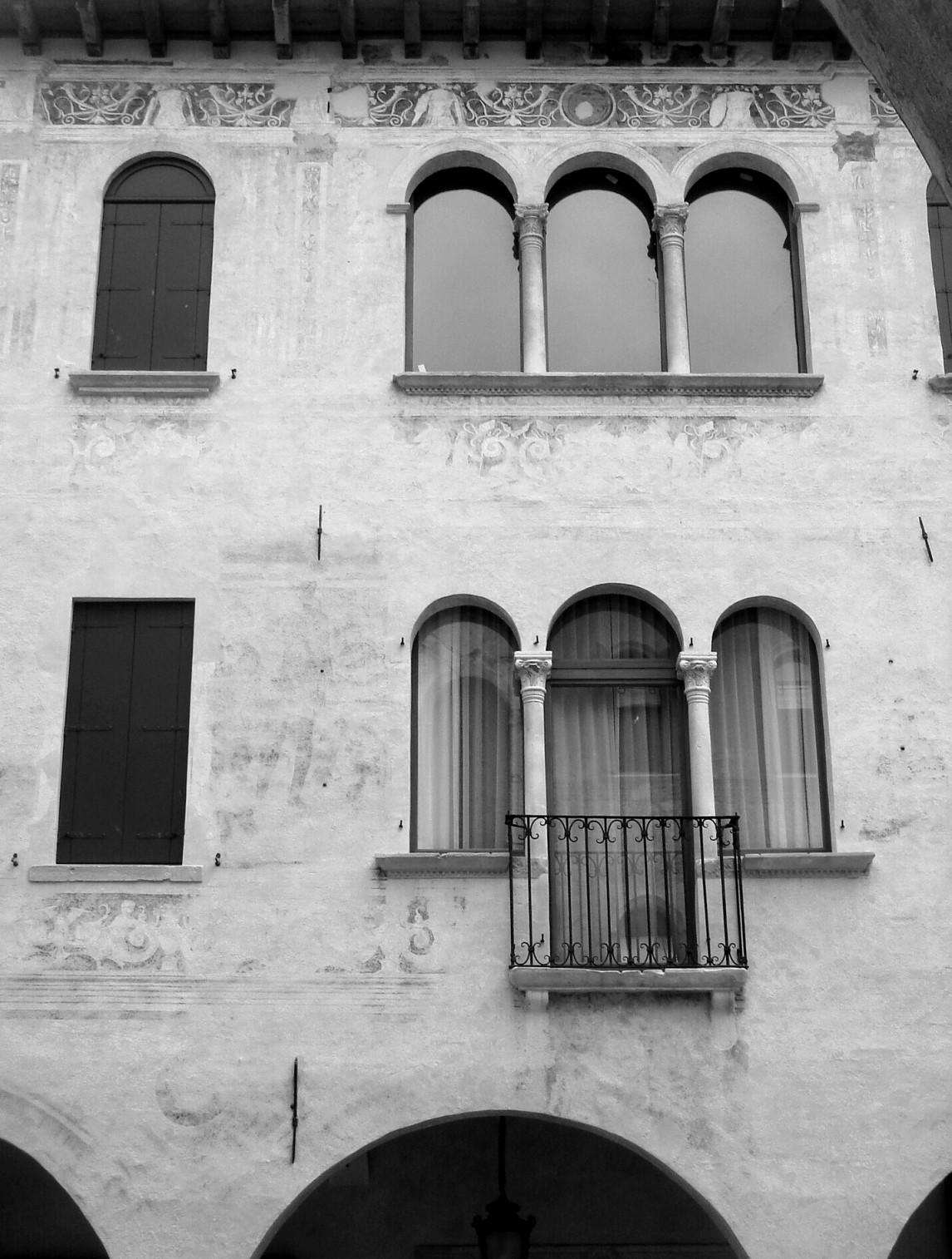 File conegliano casa colussi trifore della facciata for Planimetrie della casa di piantagione