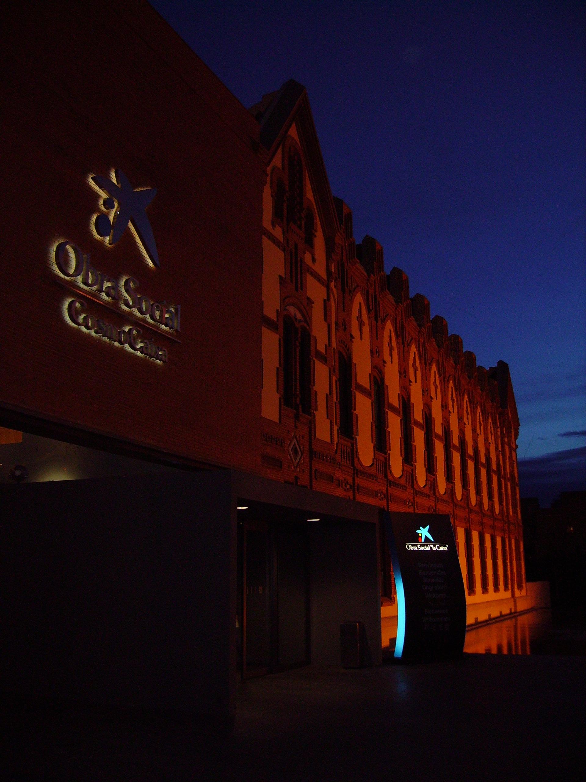 Vista nocturna de la fachada del edificio