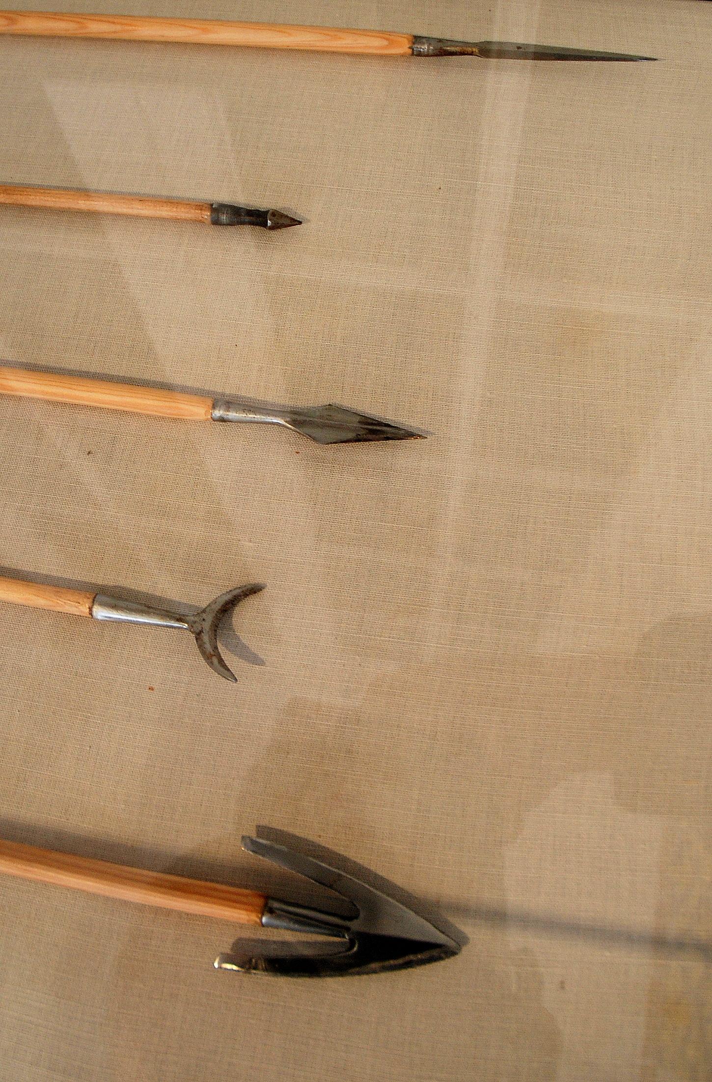 Réplicas de pontas de flechas expostas no museu Emhisarc em Crécy-en-Ponthieu, França