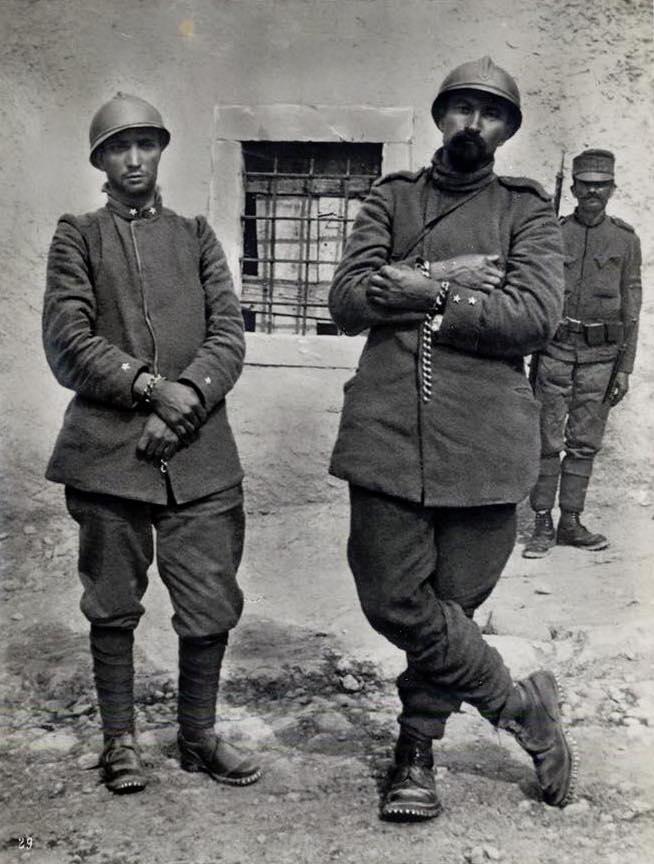 Cesare Battisti (rechts) und Fabio Filzi nach ihrer Gefangennahme durch österreichische Kaiserjäger (1916)