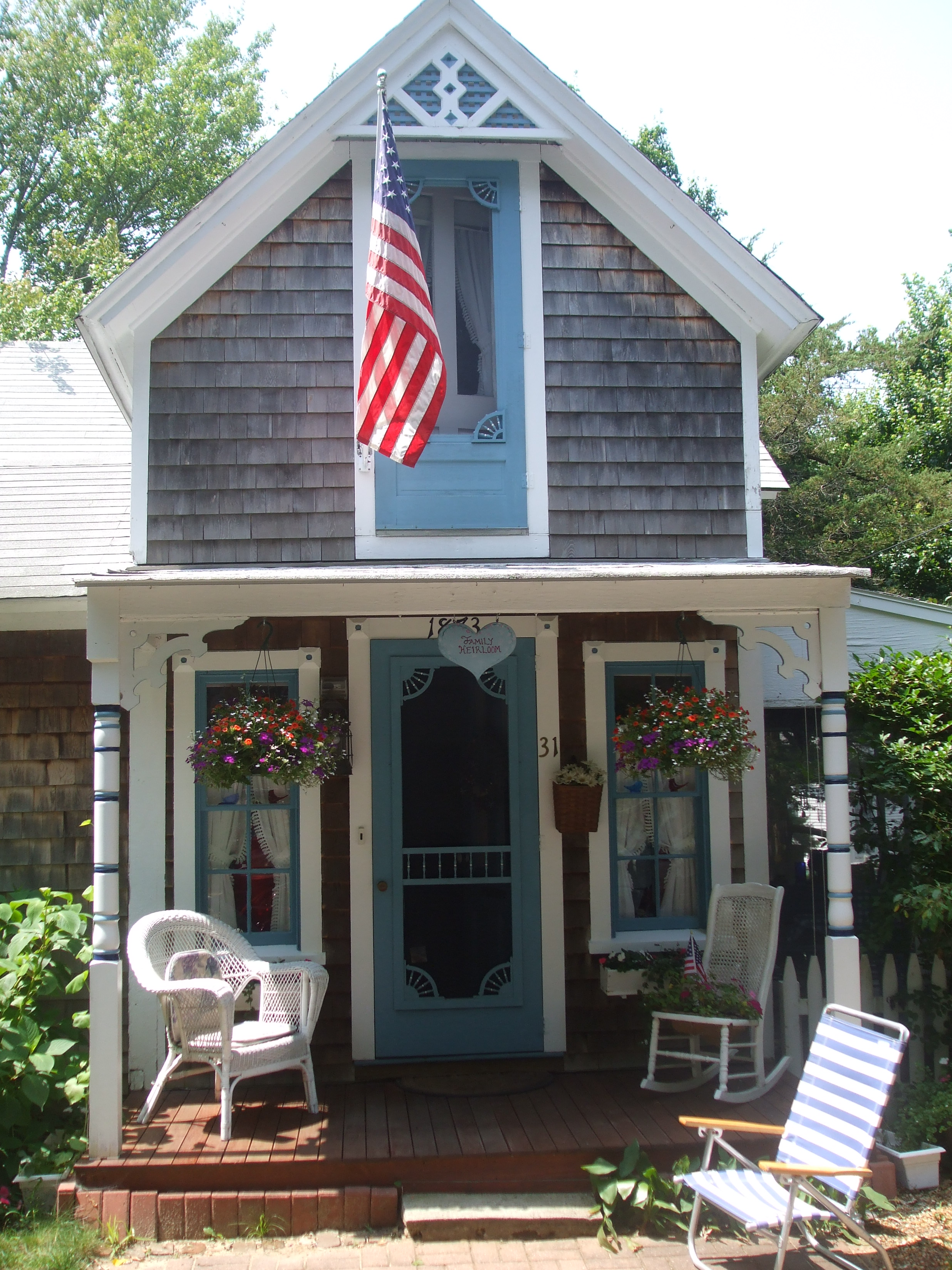 File gingerbread cottage oak bluff martha 39 s vineyard ma for Martha s vineyard gingerbread cottages