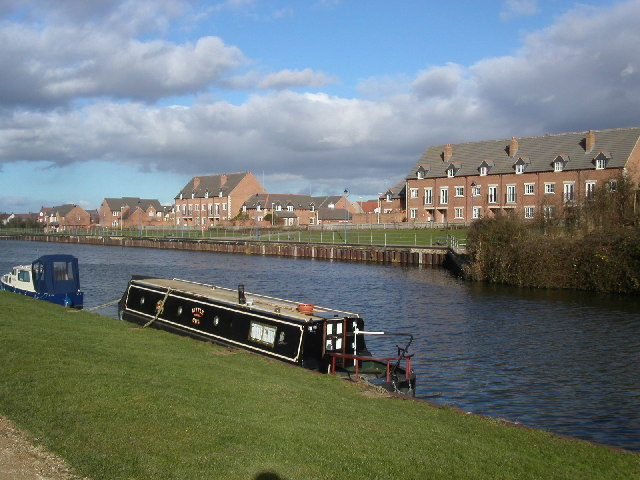 Homes on the Gloucester and Sharpness canal - geograph.org.uk - 124454