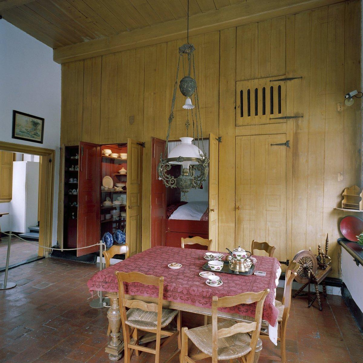 fileinterieur gedeelte keuken met muurkast in geopende toestand leens 20373174