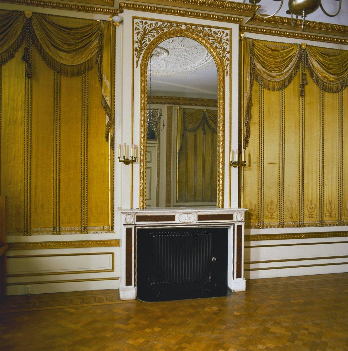 File interieur goudkleurige wanden en draperie n in for Interieur haarlem