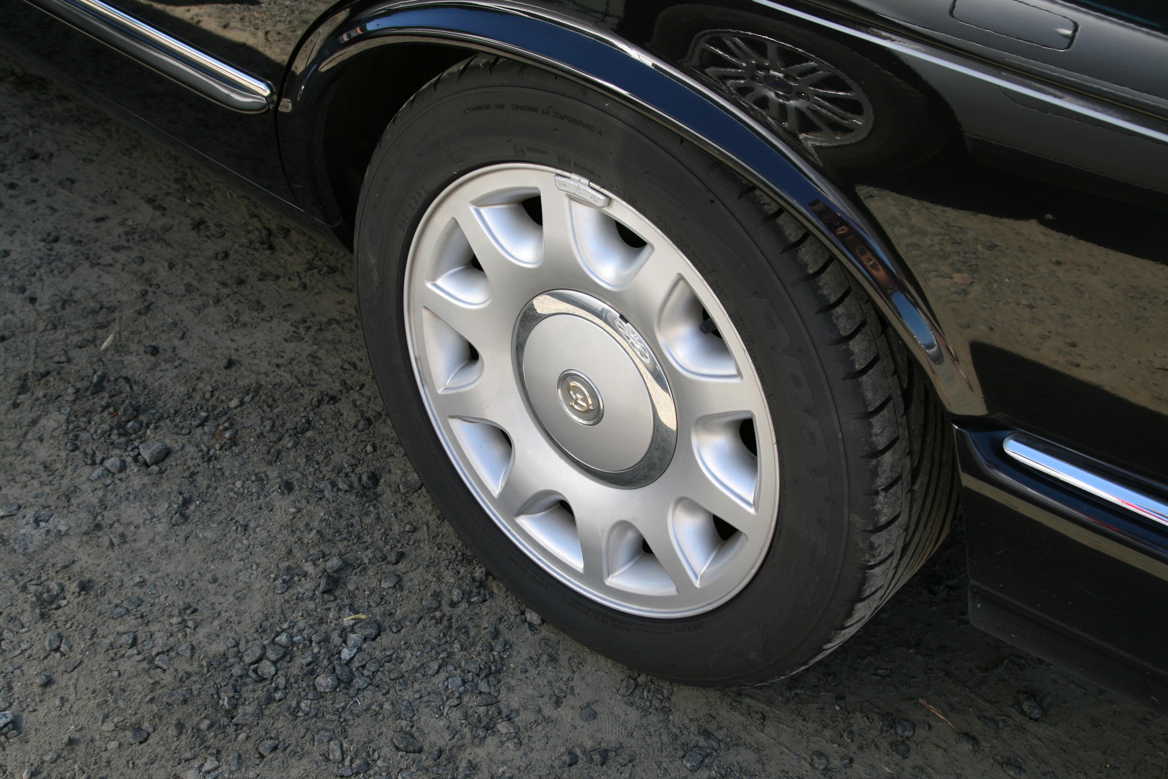 File Jaguar Xj Solar 7 5x17 Quot Daimler Hubcap Alloy Wheel