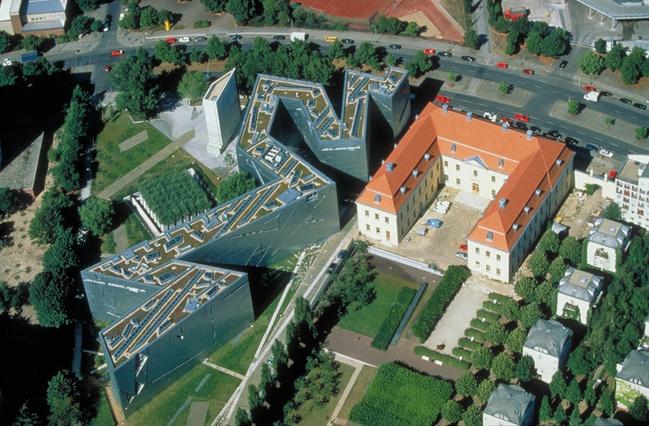 Vue aérienne du musée d'histoire des Juifs allemand de Berlin. Photo de Guenter Schneider du batiment de Daniel Libeskind .