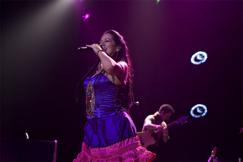 "Lila Downs en el ""Congress Theater"" de Chicago durante el Pecados y Milagros World Tour en 2012."