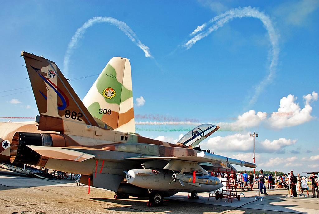 Mostre o seu moquifo de jogatina! Love_is_in_the_Air_-_Flickr_-_Israel_Defense_Forces