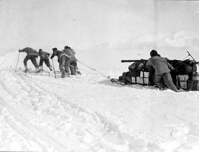 סקוט ואנשיו גוררים את מזחלת השלג בדרך אל הקוטב (ויקיפדיה) - הפודקאסט עושים היסטוריה עם רן לוי