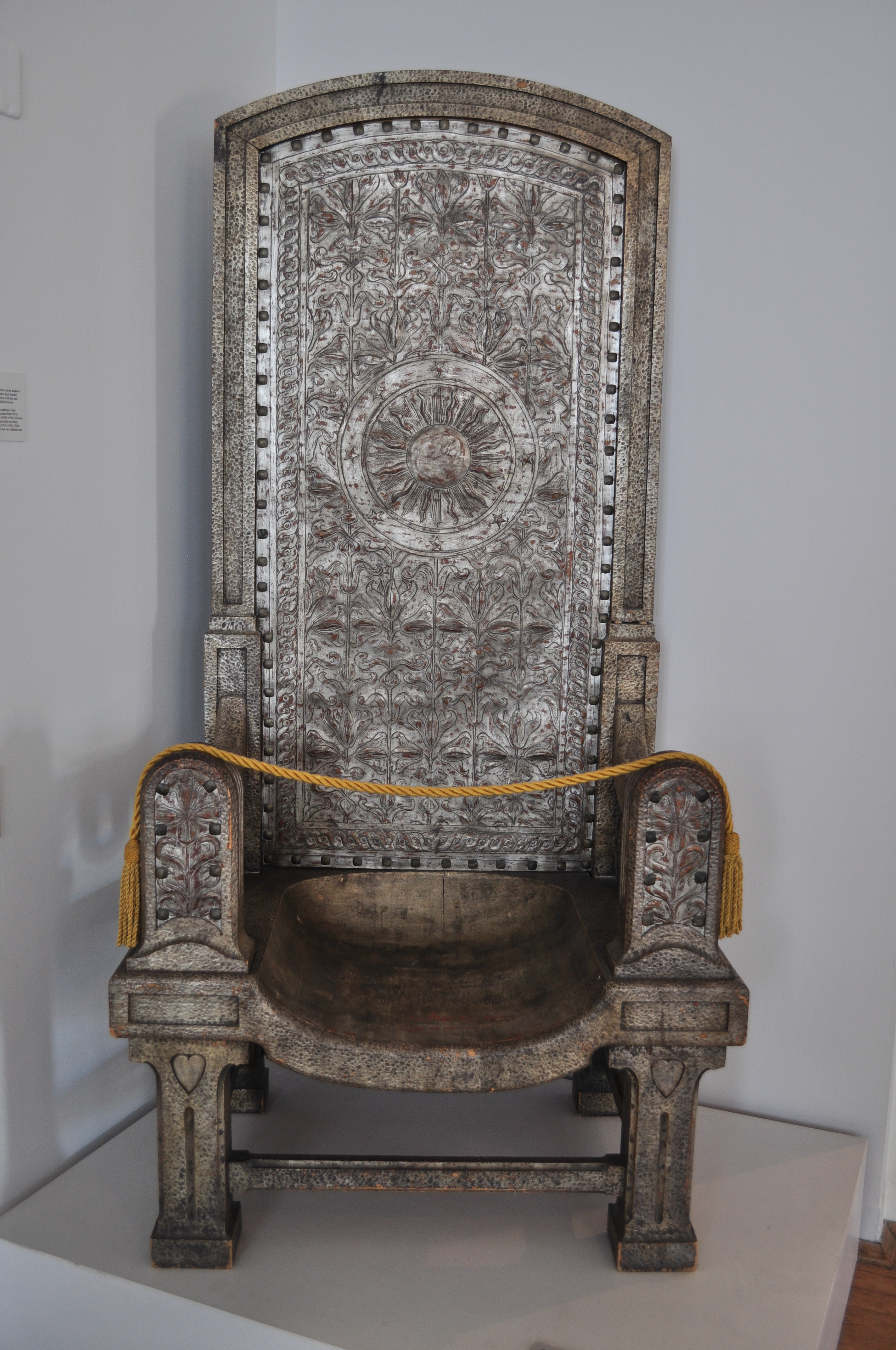 File:Maryhill Museum   Gilded Wood Carved Chair (1906)   Designed By Marie