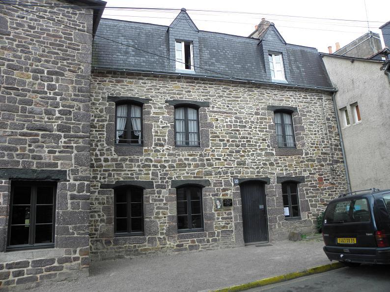 File montfort sur meu 35 maison natale de saint louis for Piscine montfort sur meu