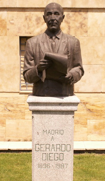 Monumento a Gerardo Diego en la calle Pío Barojade Madrid, delante de la «Casa de Cantabria».