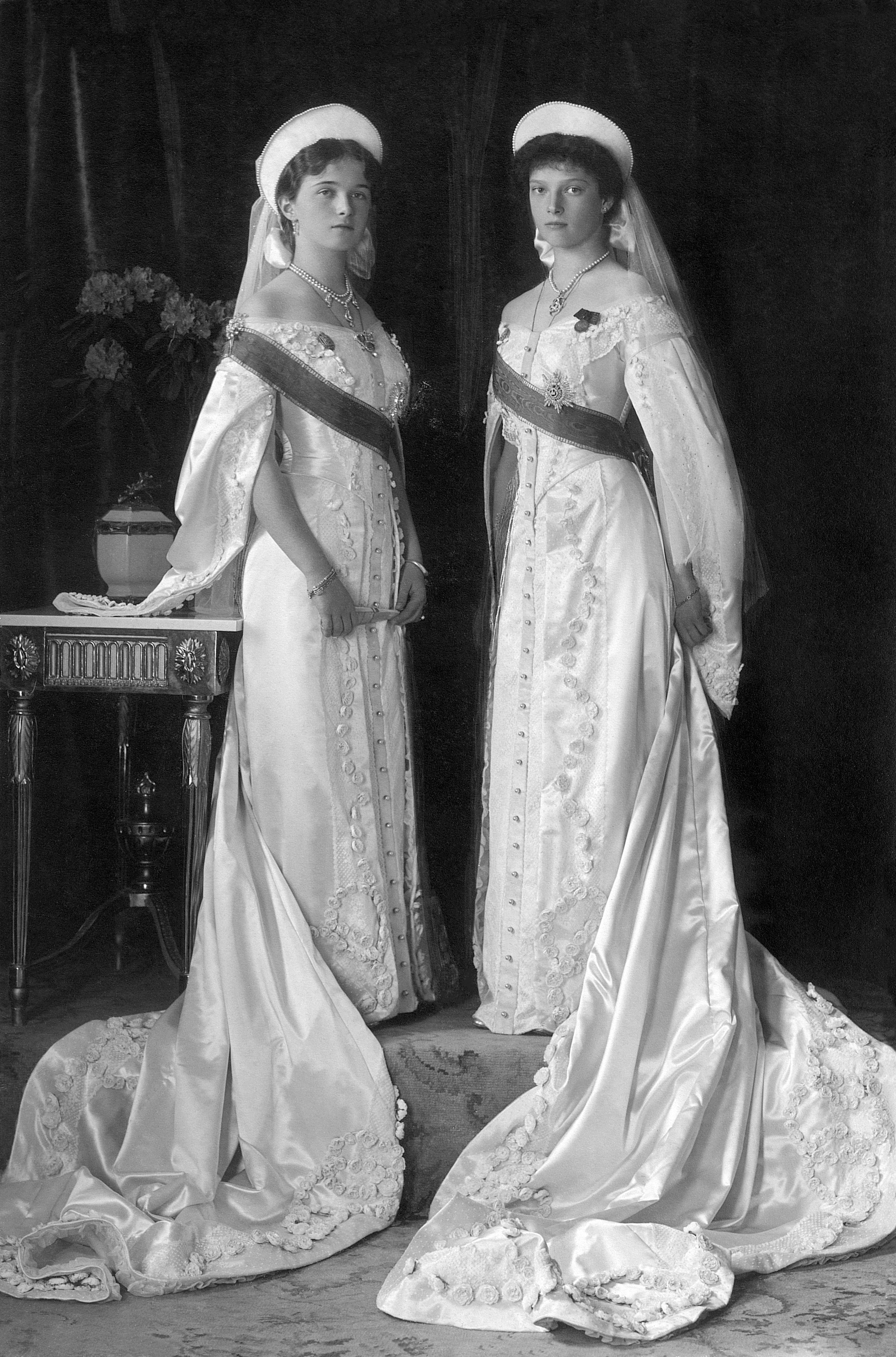 קובץ:Olga és Tatjána in court gown 1913.jpg – ויקיפדיה