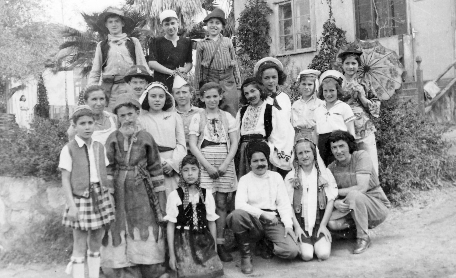 http://upload.wikimedia.org/wikipedia/commons/a/a9/PikiWiki_Israel_8502_Gan-Shmuel_-_Purim_with_children_in_1946.jpg