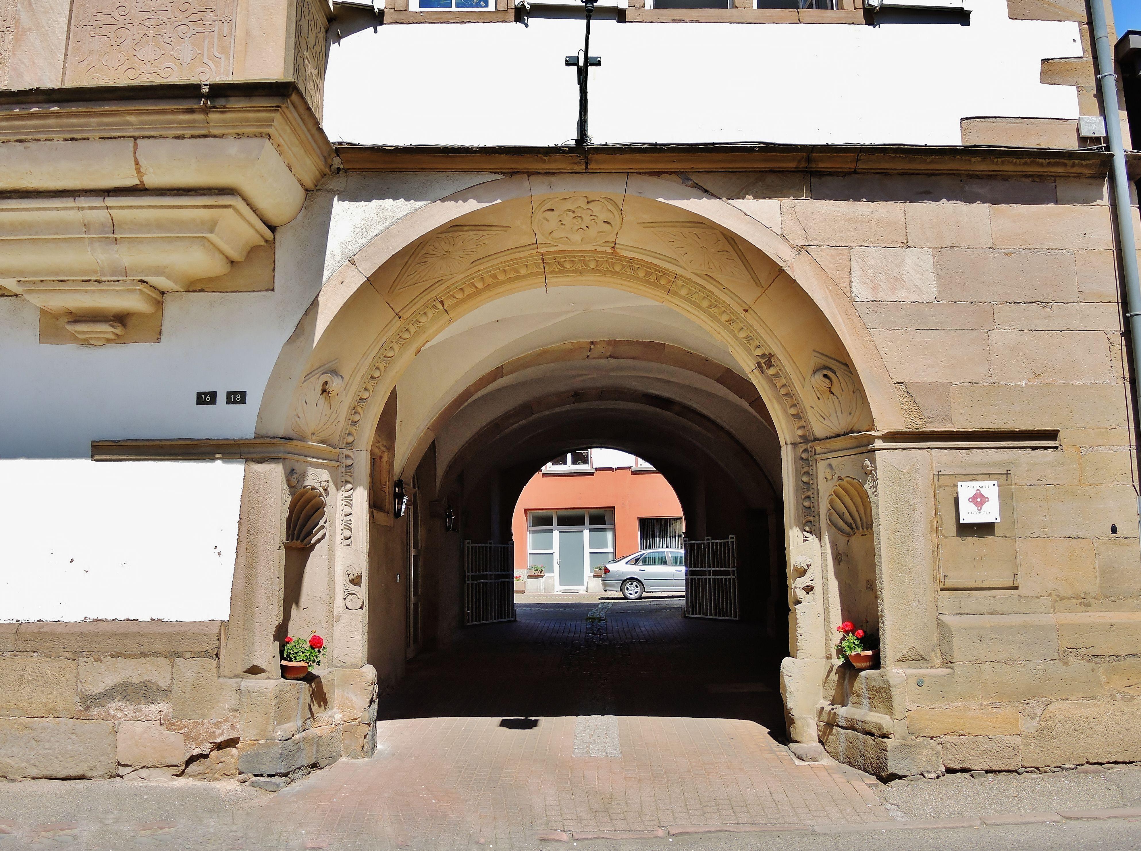 Le Porche De La Maison file:porche de la maison canoniale de 1628 - wikimedia commons