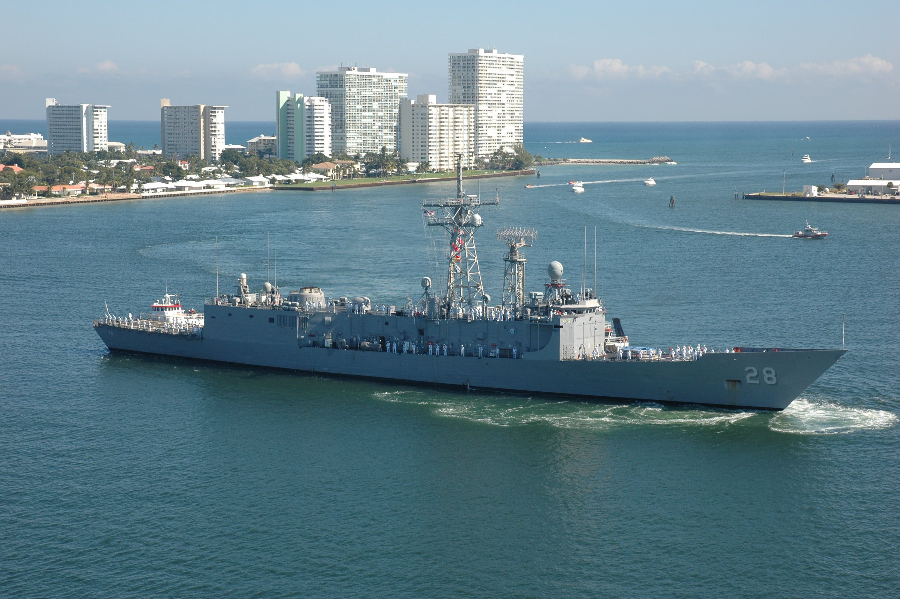 UNITAS ,SUBDIEX,OPERATIVOS Y EJERCICIOS DE GUERRA NAVALES - Página 3 US_Navy_101202-N-8269F-049_The_guided-missile_frigate_USS_Boone_(FFG_28)_arrives_in_Port_Everglades_for_a_routine_port_visit