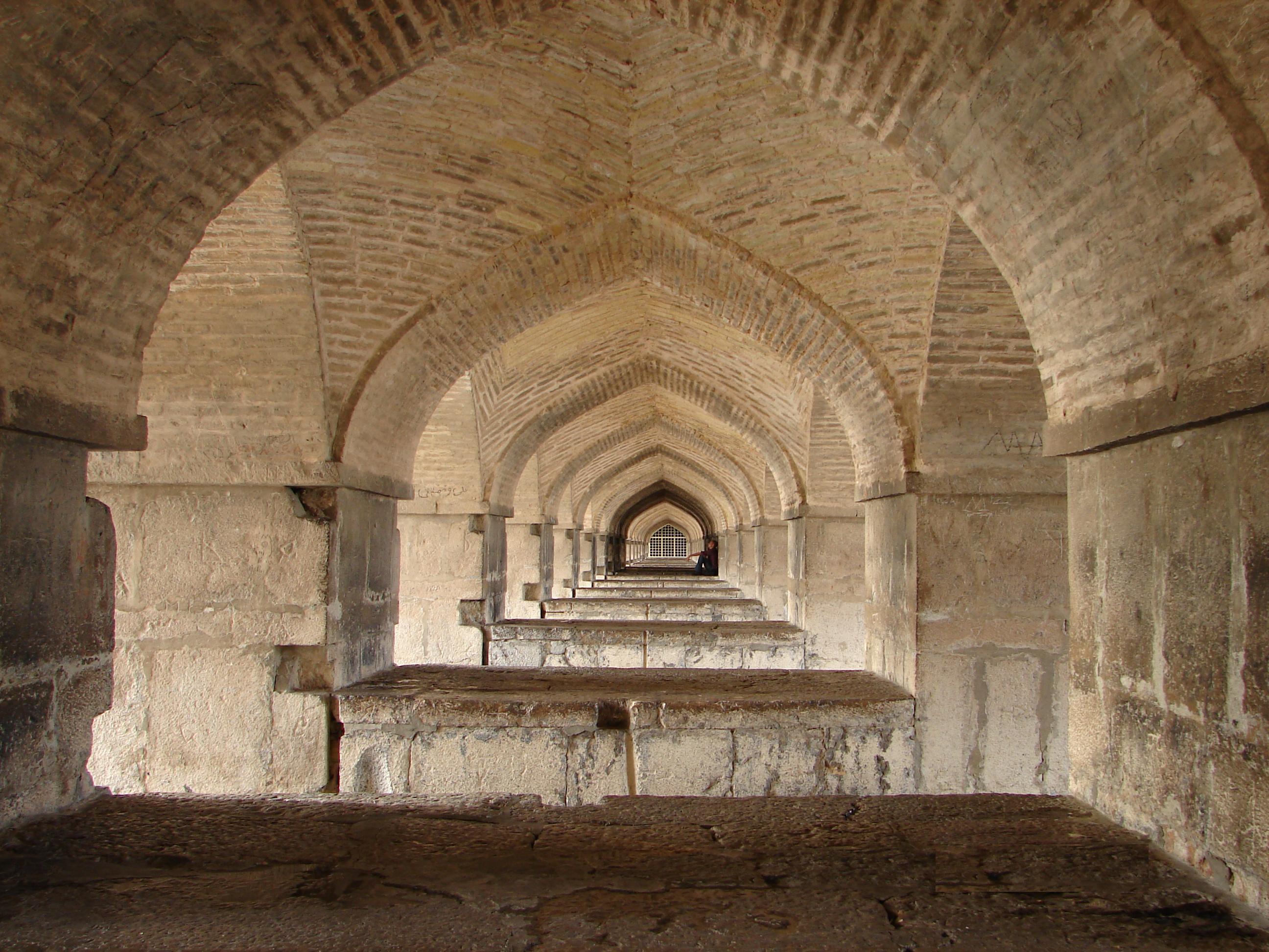 زیر پل خواجــو - اصفهان