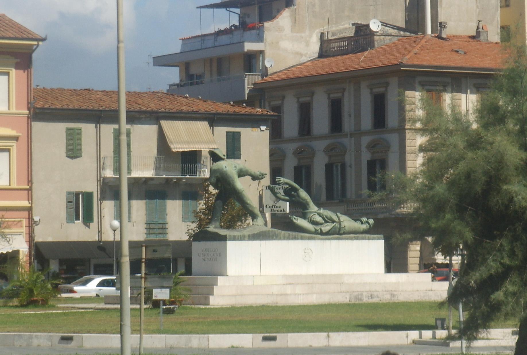 """Monumento ai Caduti in Piazza Garibaldi """"Piazza delle Paure"""" per i viareggini"""