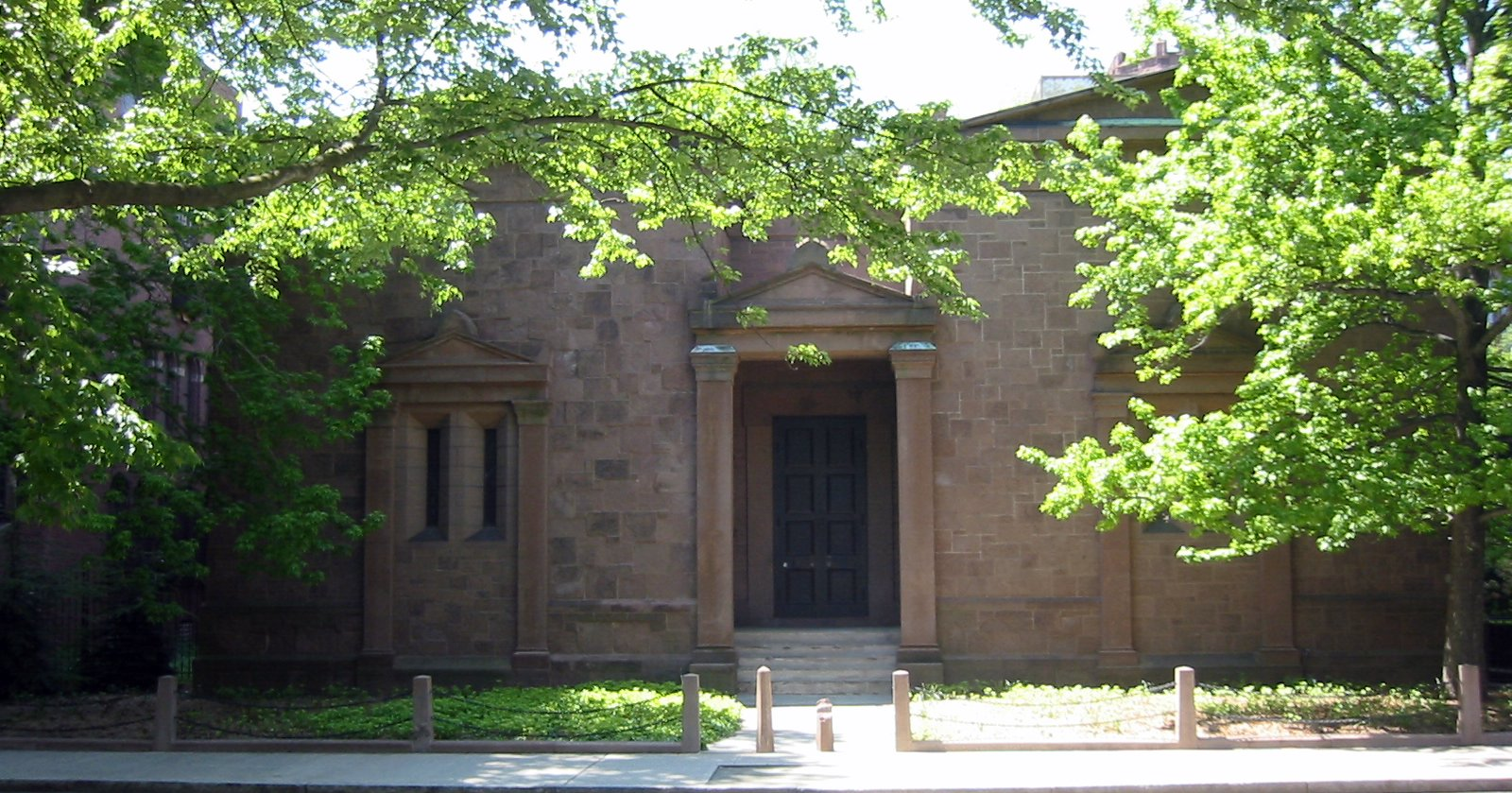Archivo:Yale Skull and Bones Tomb.JPG