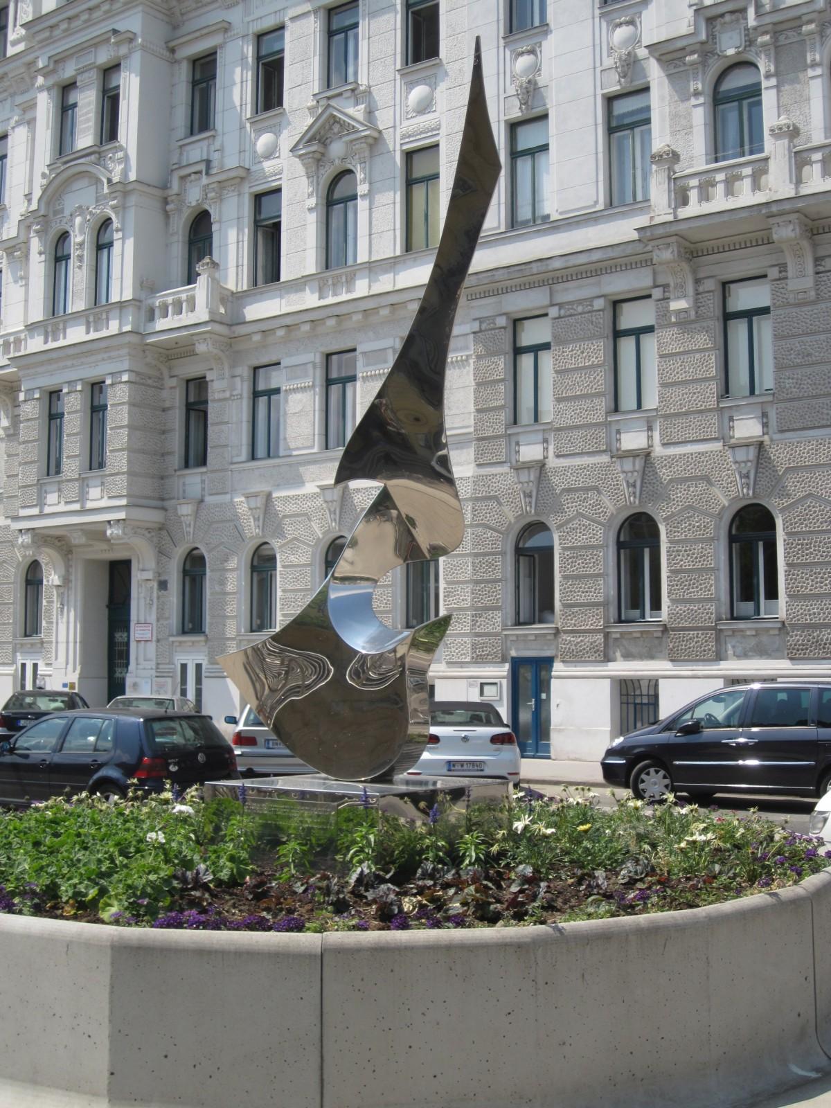 1030 Anton Webern-Platz - Metallskulptur Musica von Leonardo Nierman IMG 7198.jpg