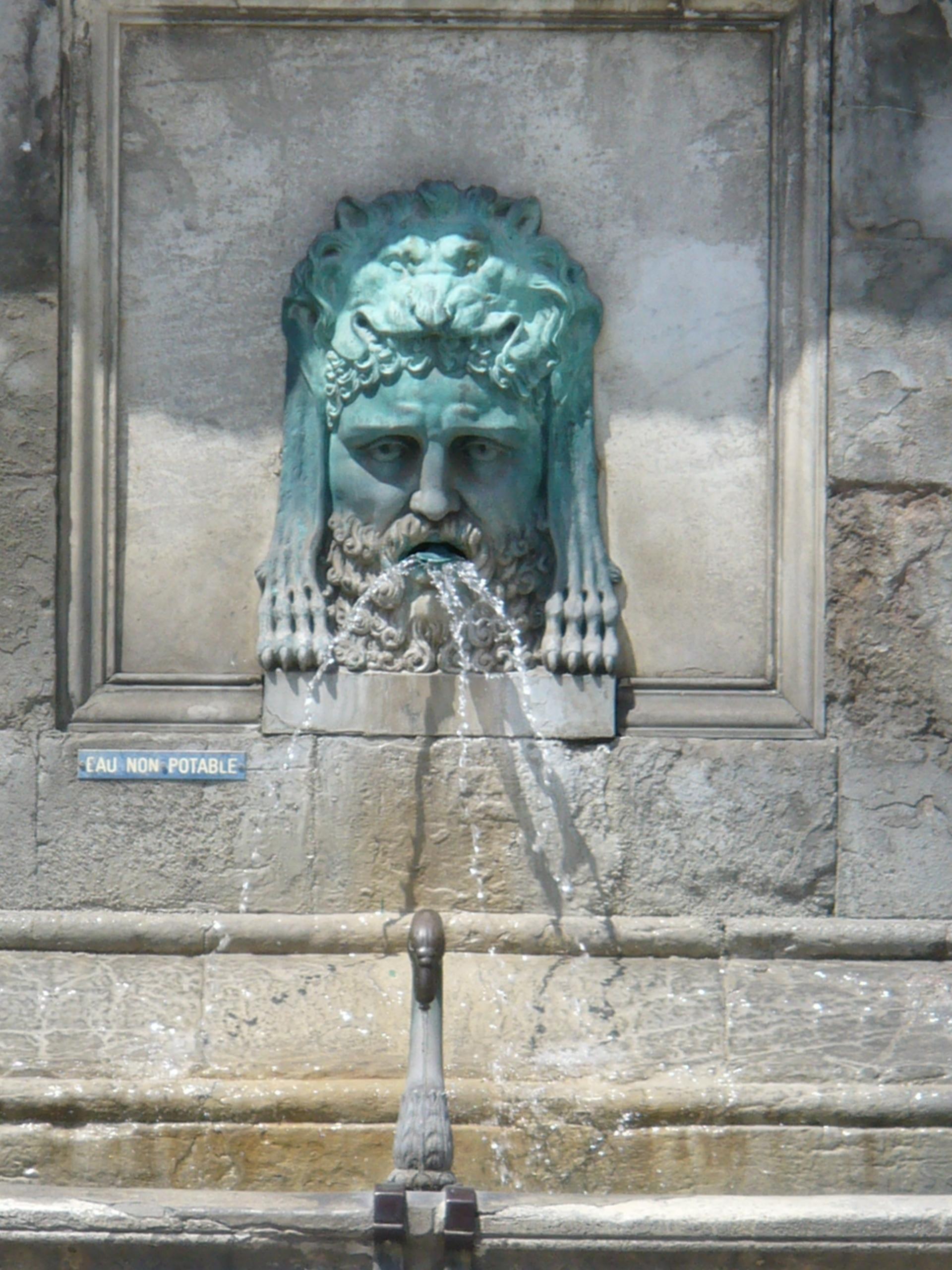 File:2347.Place de la Republique dessen Mitte ein Brunnen krönt-Arles.