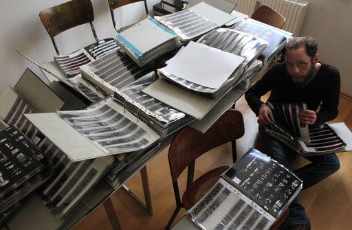 Andreas Bohnenstengel beim Sichten seines Fotoarchivs.jpg