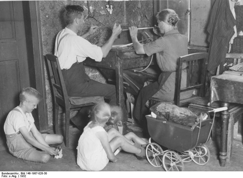File:Bundesarchiv Bild 146-1987-028-30, Thüringen, Deesbach, Heimarbeit.jpg