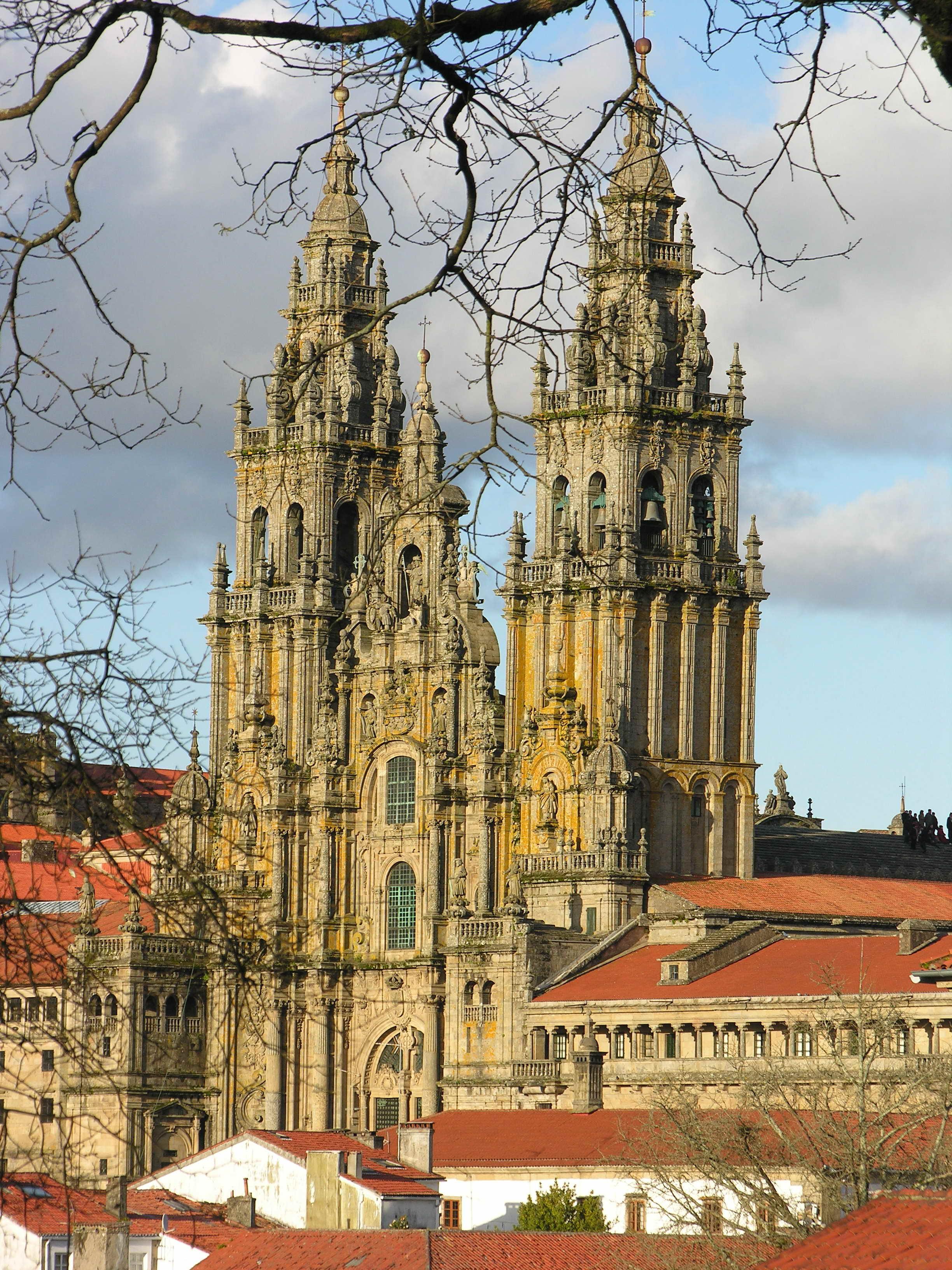 Fotografia colorida da fachada principal da catedral de Santiago de Compostela.