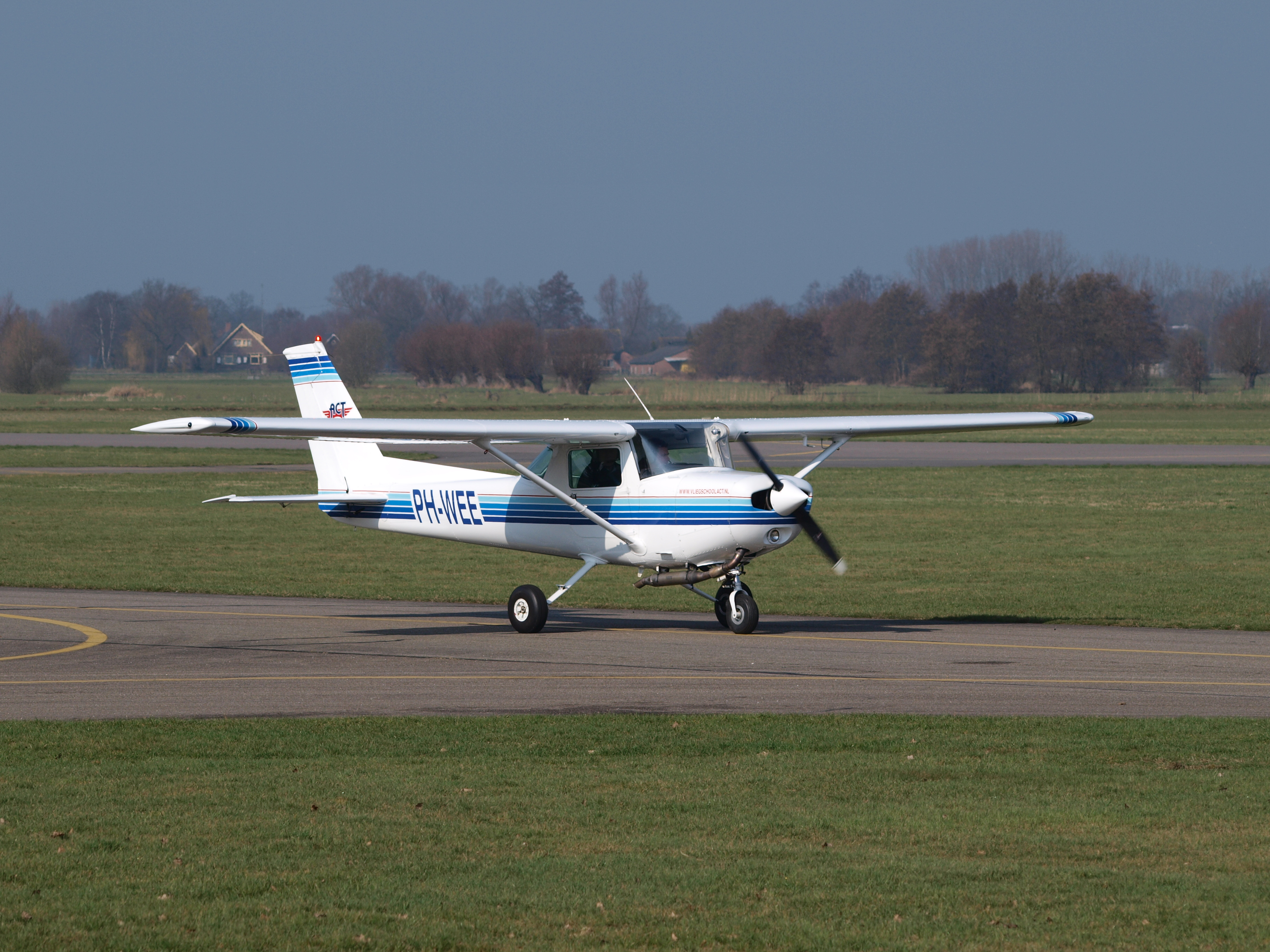 File:Cessna 152 PH-WEE at Teuge 07March2009 jpg - Wikimedia Commons