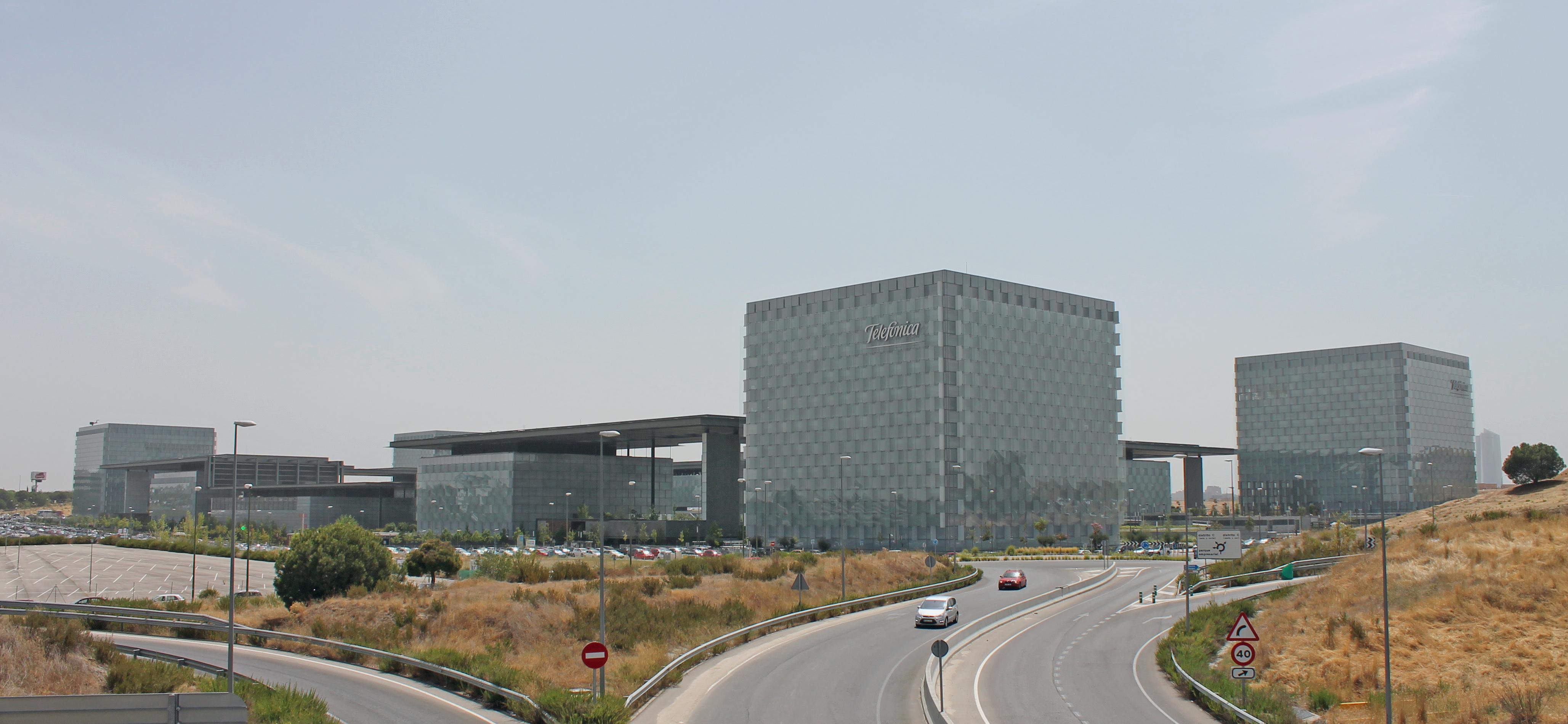 Rafael de la hoz castanys breathing architecture for Oficinas telefonica