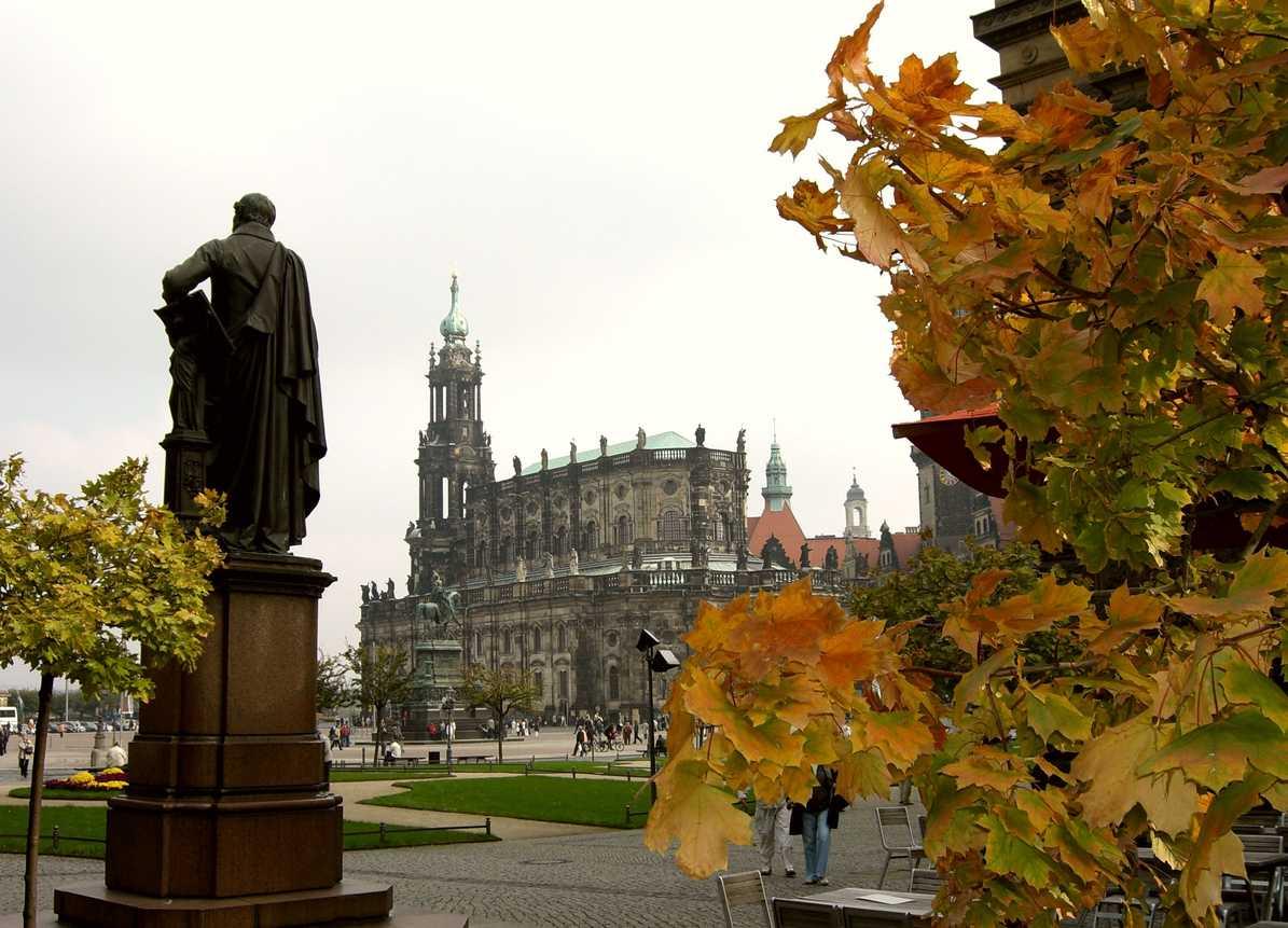 Dresden Denkmal Carl Maria von Weber mit Kathedrale, Foto Christoph Münch.jpg