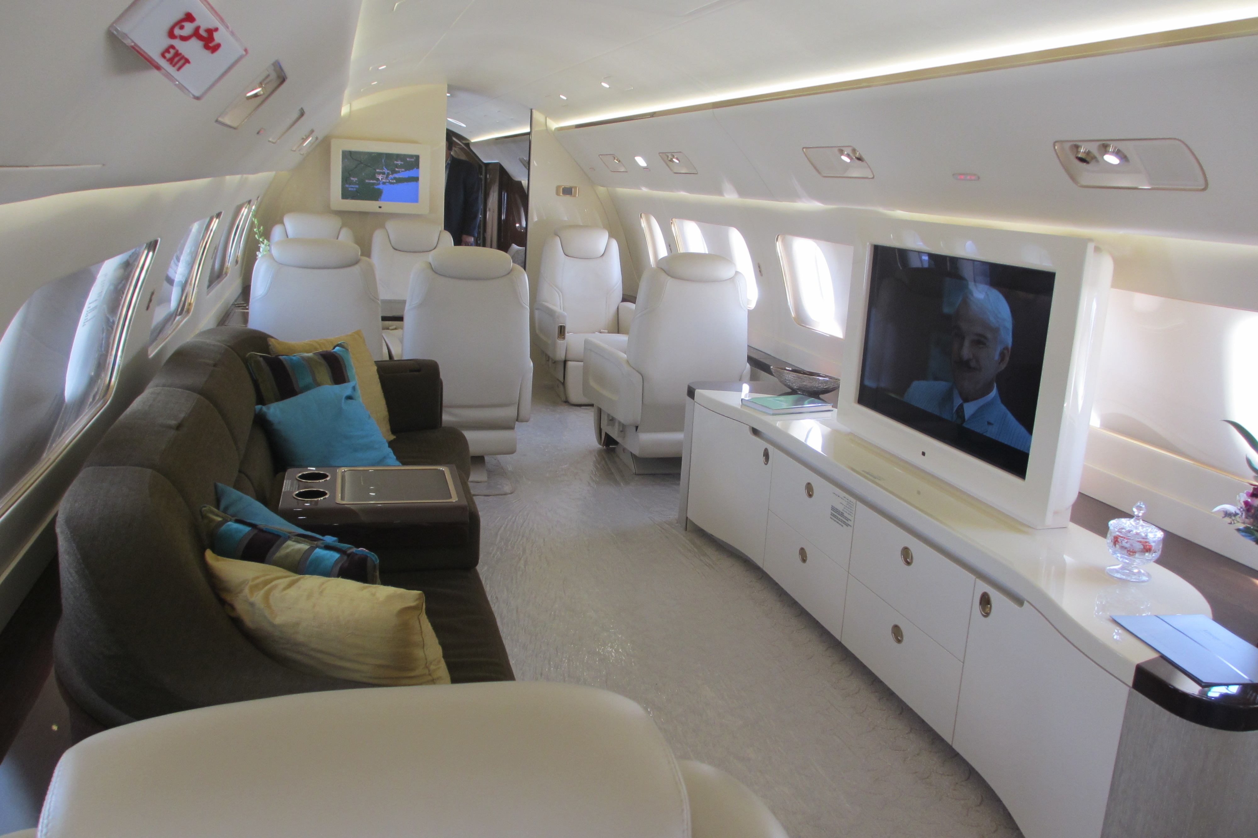 File:Embraer Lineage 1000 interior living room.jpg - Wikimedia Commons