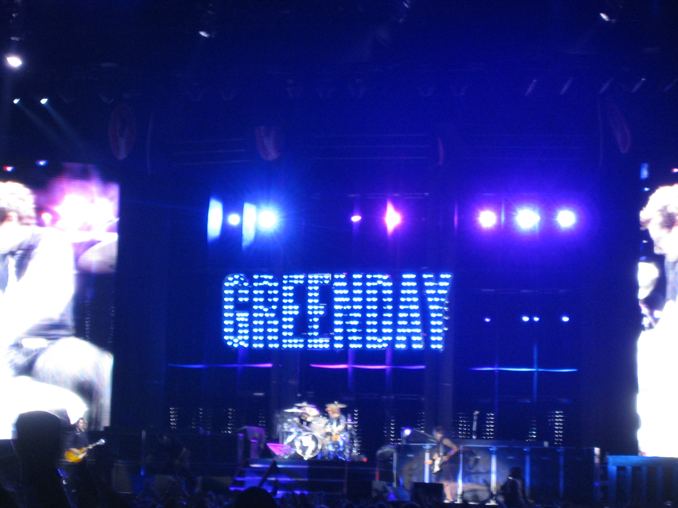 http://upload.wikimedia.org/wikipedia/commons/a/aa/Green_Day_in_concert.jpg
