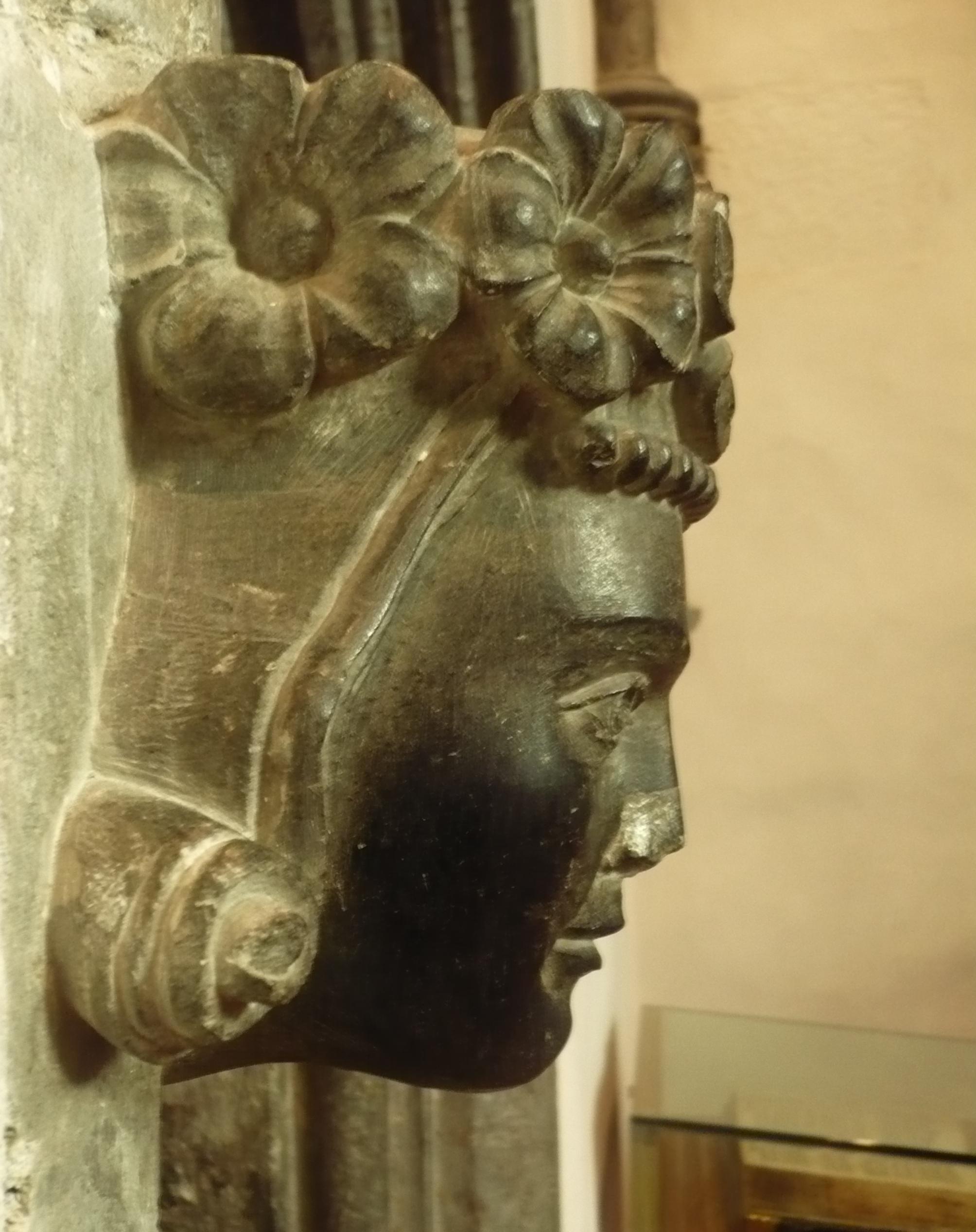 Skulptur i koret i Stavanger Domkirke, som kan være av hertug og senere kong Håkon V Magnusson.