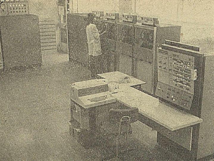 https://upload.wikimedia.org/wikipedia/commons/a/aa/IBM-360-40_w_Starachowicach_FSC%2C_pami%C4%99%C4%87_zewn%C4%99trzna_%28I197412%29.jpg