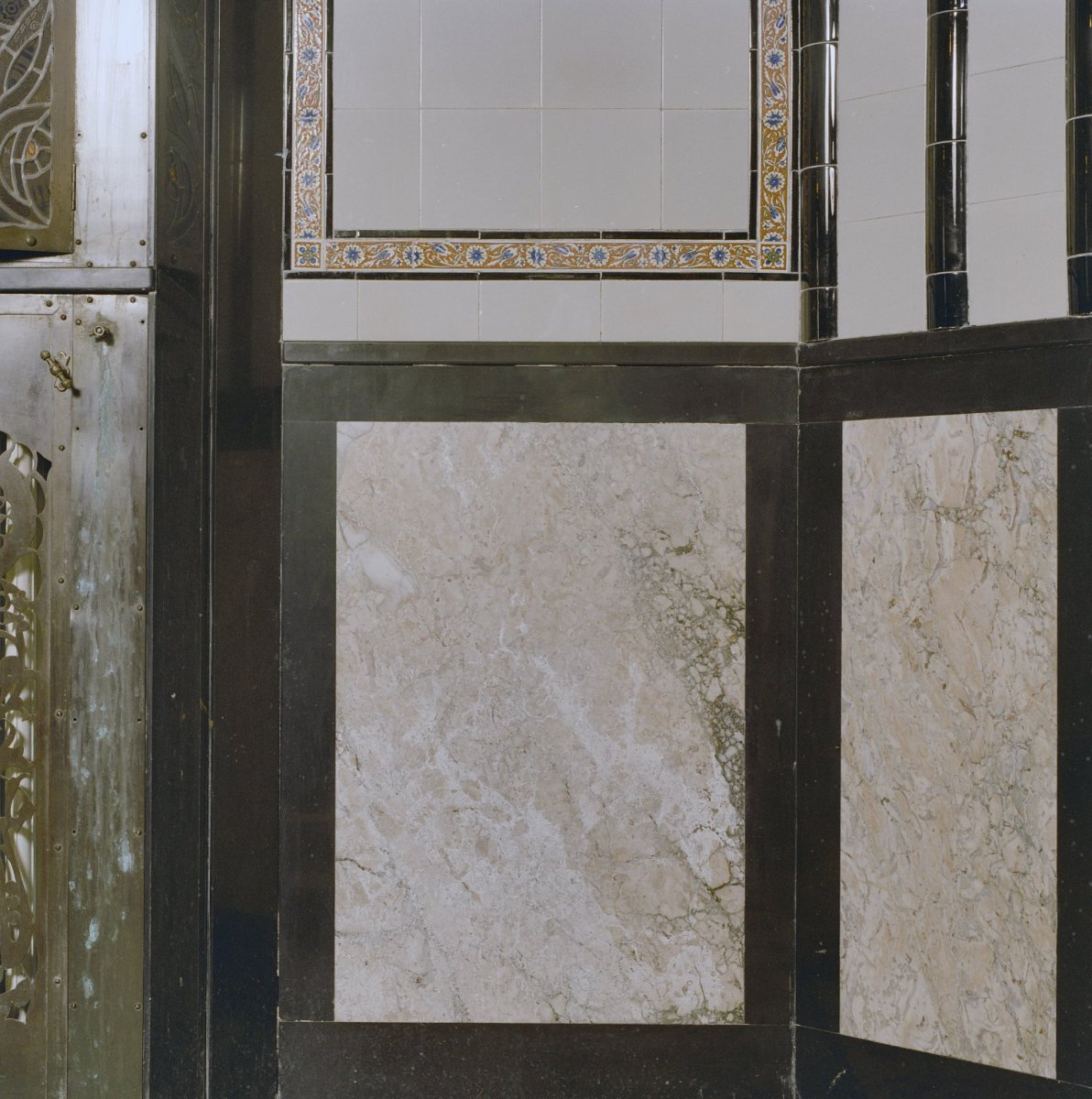 File interieur badkamer art deco tegelwand detail marmer den dolder 20280120 - Photo deco badkamer ...