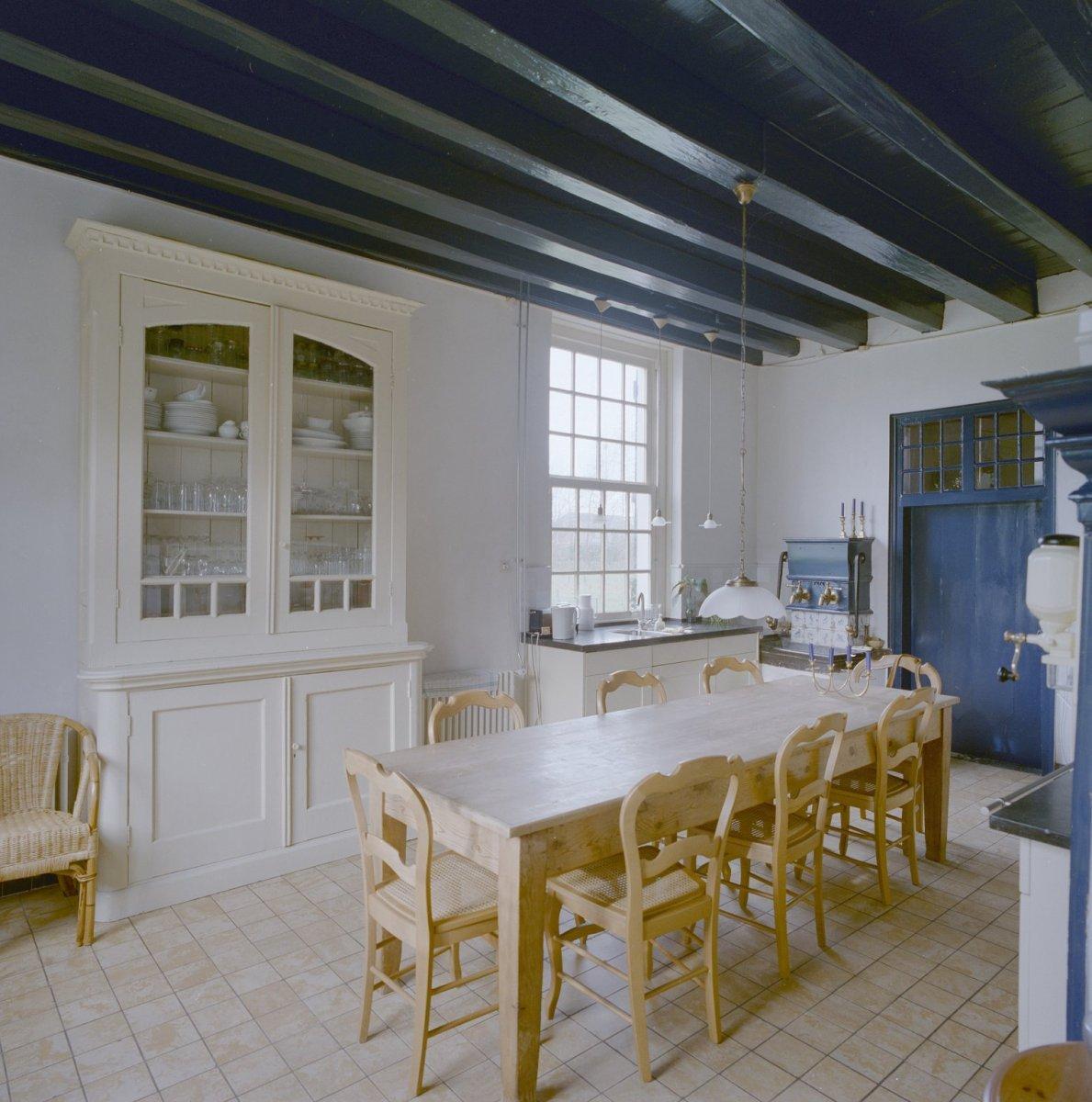 Bestand Interieur, overzicht keuken met houten balken plafond en pomp   Breda   20332398   RCE
