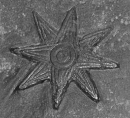 Archivo: Kudurru Melishipak Louvre SB23-Ishtar star.jpg